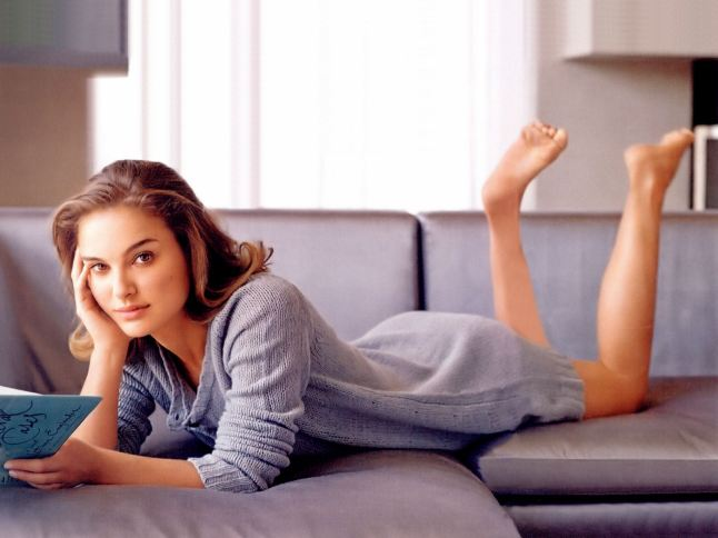 natalie-portman-reading-a-book